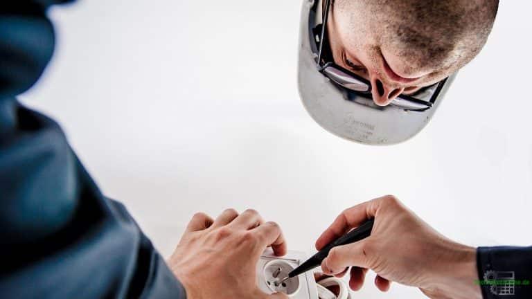 Gleichstromtechnik - Elektrotechniker bei der Arbeit