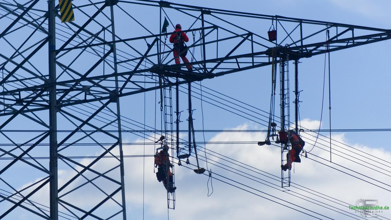 Aufbau der Elektrizitätswirtschaft – Wartungsarbeiten an Hochspannungsleitungen