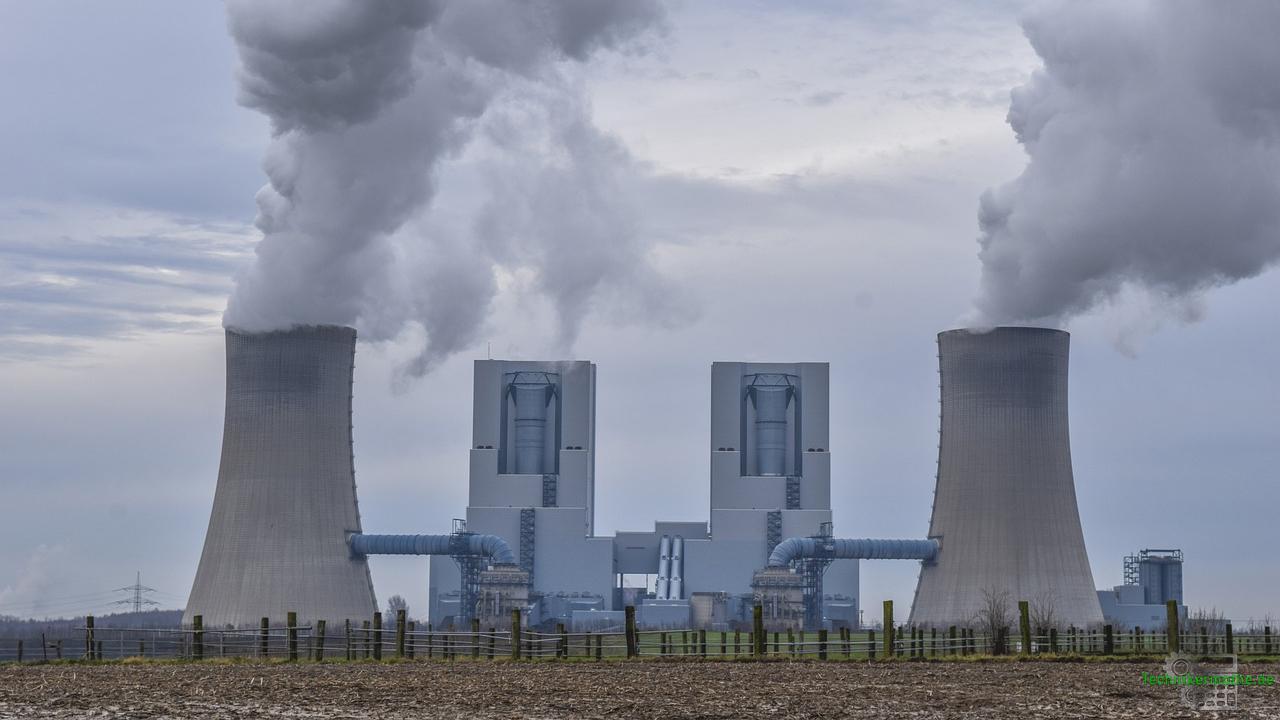 Kraftwerk mit Kühltürmen