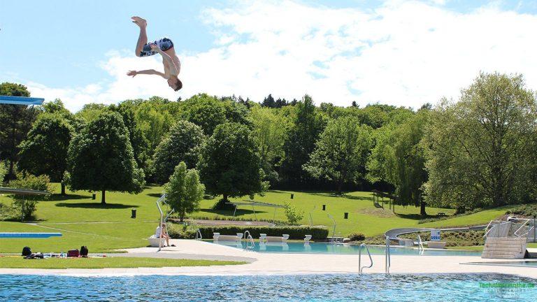 Sprung vom Sprungbrett ins Wasser